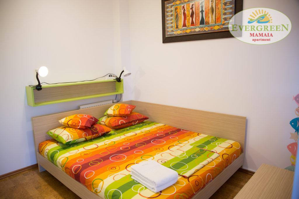 Dormitor de mijloc cu pat dublu la perete